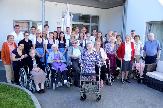 Maibaumaufstellen im Pflegezentrum Yspertal